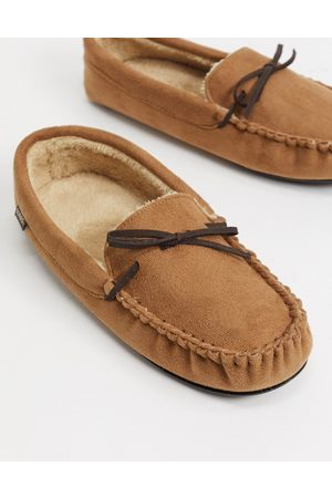 Totes Moccasin slippers in tan with faux fur lining