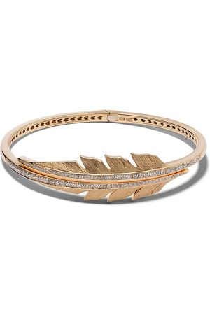 STEPHEN WEBSTER 18kt yellow Magnipheasant pavé diamond open feather bangle