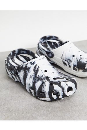 Crocs Classic shoes marble print shoes in black and white-Multi
