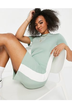 Nike Bodycon dress in light with short sleeves