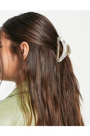 Liars & Lovers Marble affect hair claw clip in light